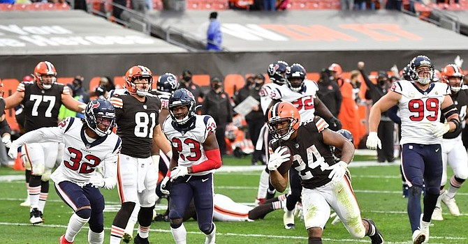 Nick Chubb shined in his return from injury with one touchdown on 126 yards rushing in Browns' 10-7 victory. (Jamie Sabau/Getty Images)